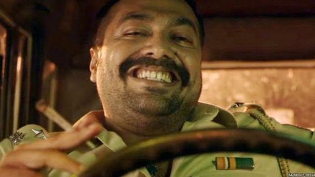 एक मूवी सीन में पुलिसकर्मी का किरदार निभाते अनुराग कश्यप