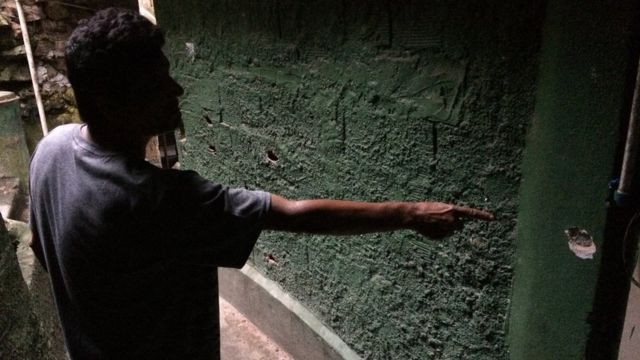 Un habitante de la favela de Dona Marta, Rio de Janeiro, muestra las marcas que dejó un tiroteo reciente.