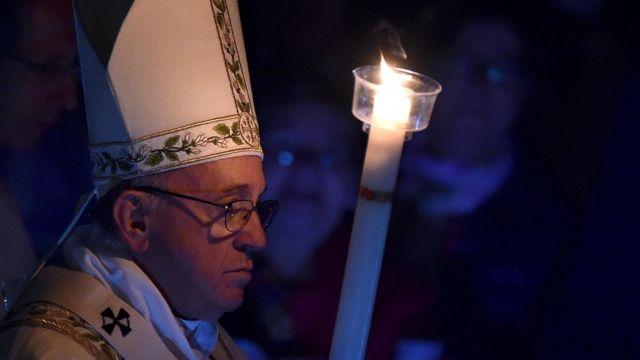 Papa afite itara rya buji mbere yuko atangira misa yo kuwa gatandatu 26 z;ukwa gatatu 2016.