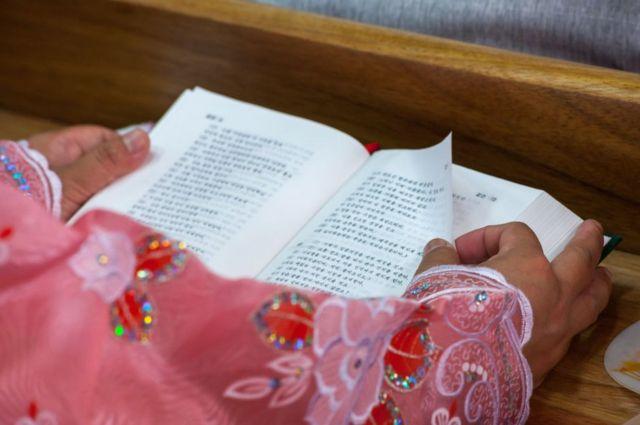 북한 봉수교회에서 성경을 읽고 있는 신도