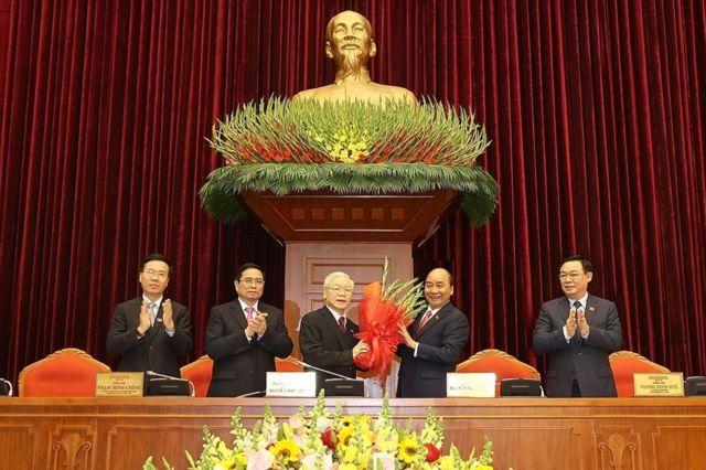 Hình chụp một số ủy viên Bộ Chính trị khóa 13 như Tổng Bí thư Nguyễn Phú Trọng