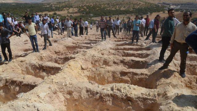 自爆攻撃の犠牲者埋葬のため、近くの墓地に墓が掘られた(21日)
