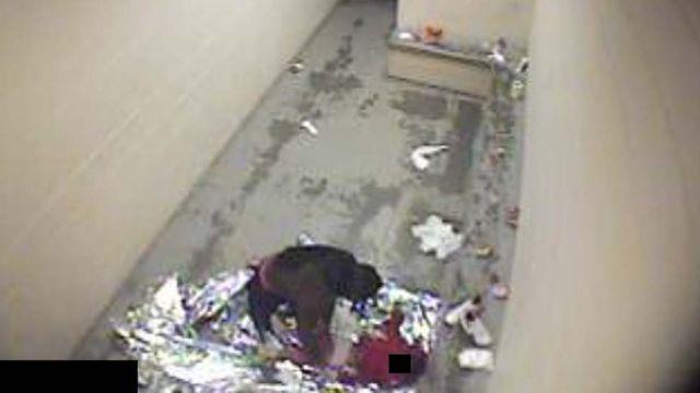 En esta imagen hecha pública en 2016 por el gobierno de EE.UU. se puede ver a una detenida cambiándole el pañal a su hijo.