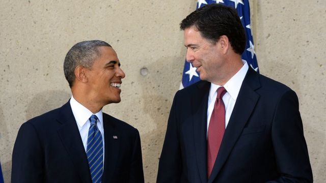 2013年にFBI長官に任命したコーミー氏をオバマ大統領は「誠実で高潔」と称賛。写真は2013年10月の任命式。