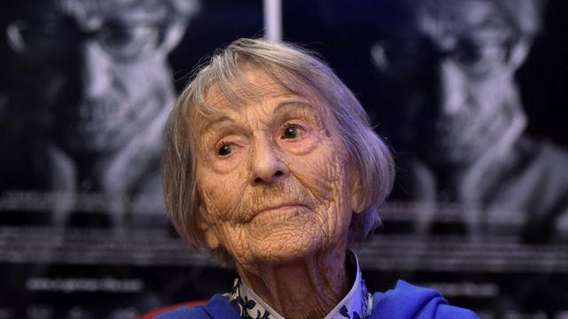 كشفت بونهيلد عن أسرار عملها مع عوبلز خلال السنوات الأخيرة فقط من حياتها