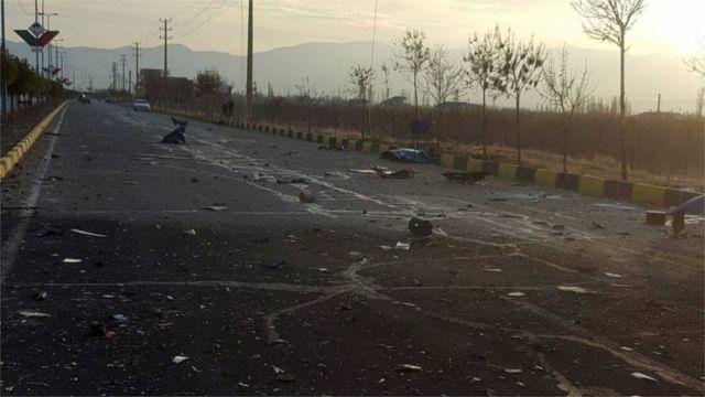 Estrada com restos de um veículo que teria sido detonado perto do carro de Fakhrizadeh