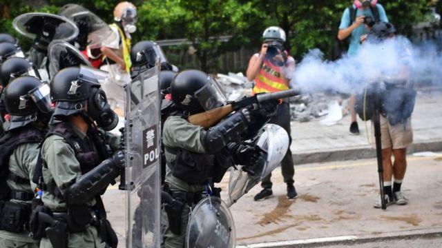 Полиция стреляет из нелетального оружия