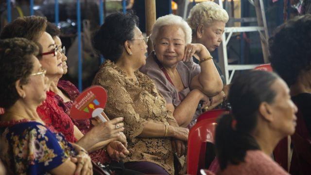 ผู้ชมที่ส่วนใหญ่เป็นคนไทยเชื้อสายจีน และอายุค่อนข้างมากแล้ว