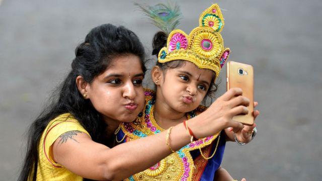 కుమార్తెతో తల్లి సెల్ఫీ /Mother selfie with daughter