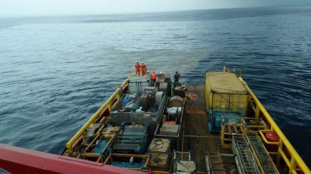 Обломки самолета были также обнаружены вблизи морского нефтеперерабатывающего завода, управляемого государственной компанией Pertamina