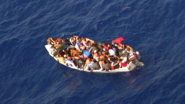 قارب مليء بالمهاجرين