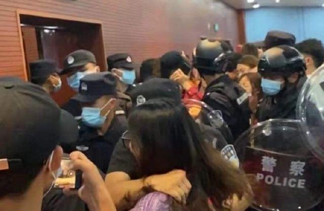 网络画面显示很多学生与警察发生冲突。
