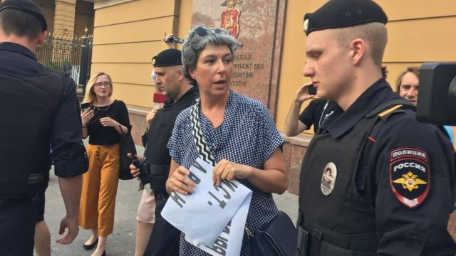 Полиция задерживает участников одиночных пикетов на Петровке (на фото - задержание литературного критика Анны Наринской)