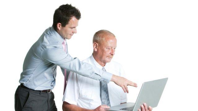 Un jefe joven con un empleado mayor
