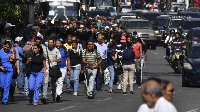 Personas caminando en las calles de Caracas.