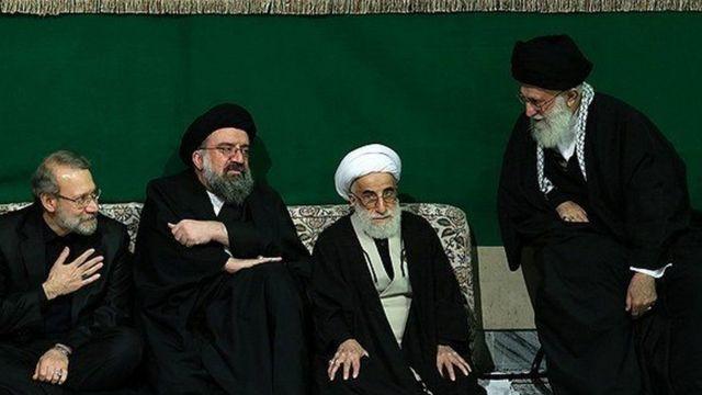 احمد جنتی و احمد خاتمی (دو نفر وسط) رئیس مجلس خبرگان رهبری و سخنگوی هیات رئیسه این مجلس هستند