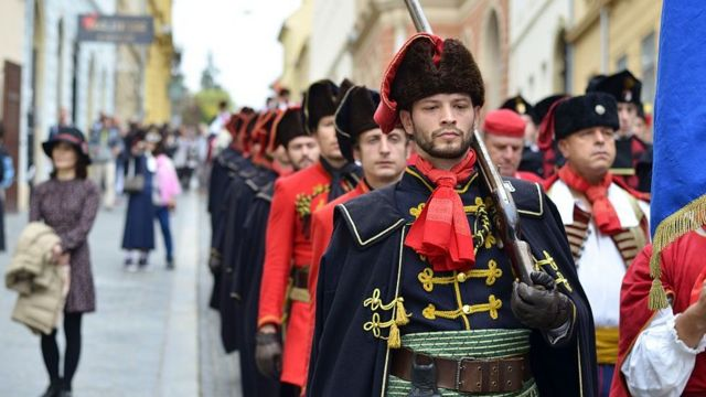 Army men dey dress up for dem 17th century history