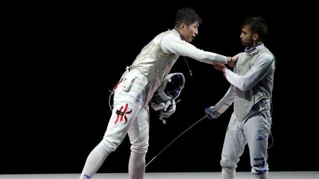 張家朗(左)與尼埃萊·加羅佐(右)在東京奧運男子花劍金牌賽上互相問好(26/7/2021)