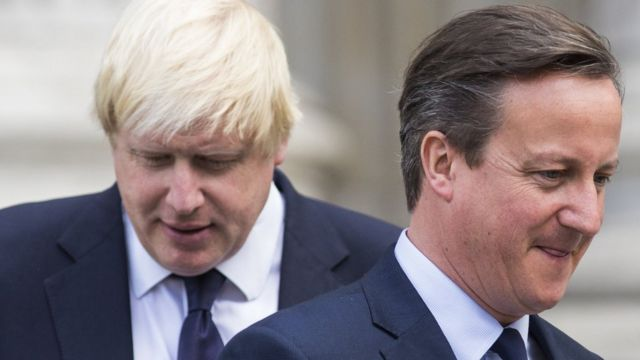 Boris Johnson (à esq.) e David Cameron (à dir)