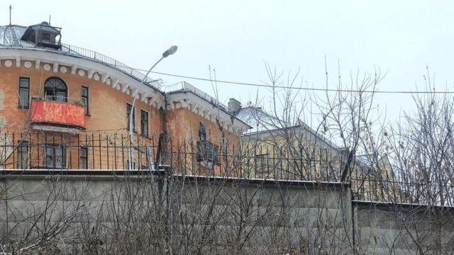 Новоуральск окружен бетонным забором с колючей проволокой