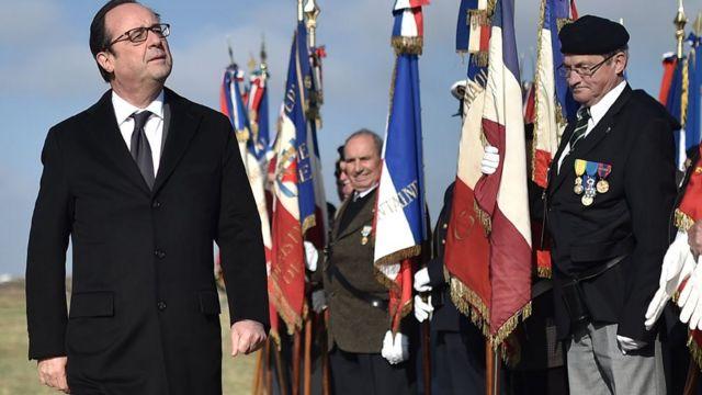 فرنسوا هولاند اول رئيس فرنسي يزور موقع المعسكر الذي احتجز فيه الغجر في الحرب العالمية الثانية