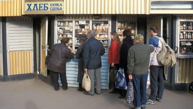 Люди в очереди за хлебом в Петербурге