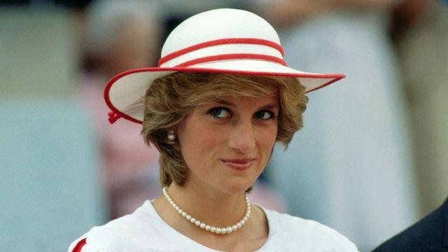 戴安娜巡访加拿大艾蒙顿时以白帽子打扮亮相(29/6/1983)