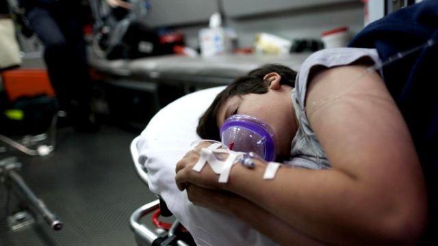 В течение первой ночи после выявления черепно-мозговой травмы у ребенка его состояние следует проверять каждые несколько часов