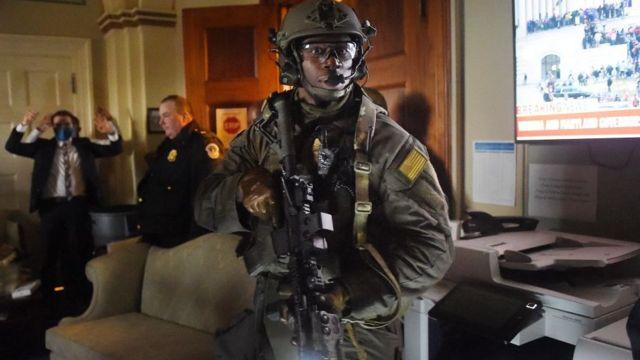 Agentes controlan el Capitolio