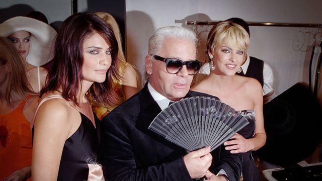 Helena Christensen (izq) y Linda Evangelista junto al diseñador Karl Lagerfeld, en 1995.
