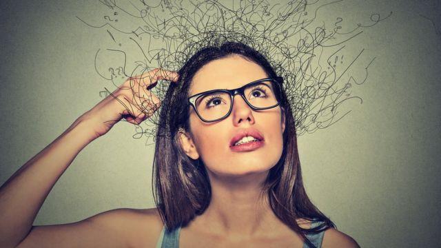 Mujer joven pensativa