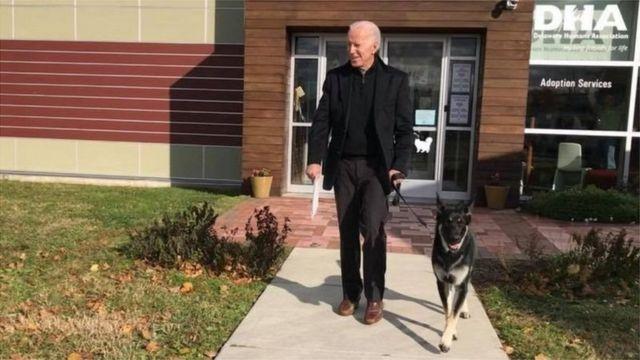 جو بايدن رفقة كلب
