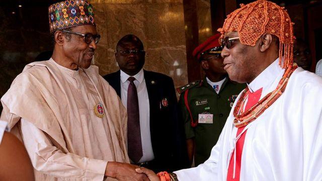 Shugaban Najeriya Muhammadu Buhari lokacin da ya karbi bakuncin Sarkin Benin, Omo N' Oba Uku Akpolokpo Ewuare II, a fadarsa da ke Abuja ranar Alhamis