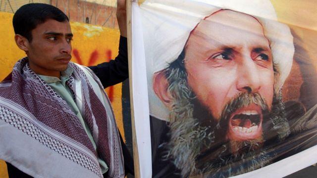 ニムル師の写真を掲げるイエメン人のデモ参加者(2014年撮影)