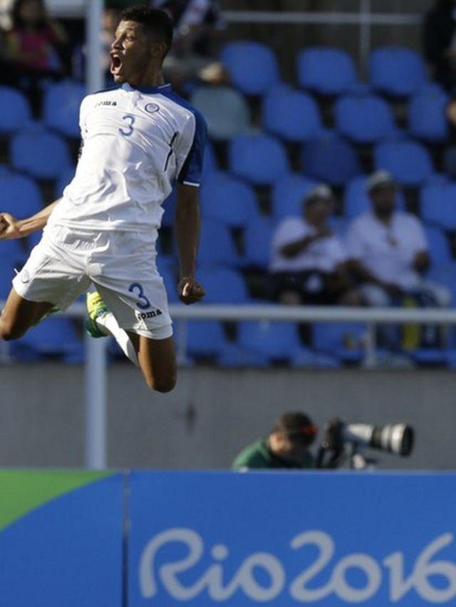 Un jugador de Honduras, Marcelo Pereira, celebra con un salto
