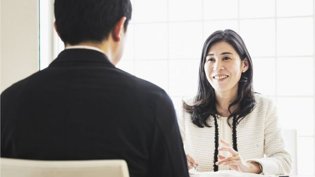 Una empleadora frente a un candidato