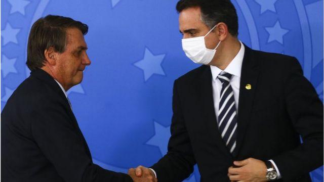 Jair Bolsonaro cumprimentando presidente do Senado, Rodrigo Pacheco