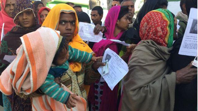 रामनगर बूथ पर खड़े वोटर