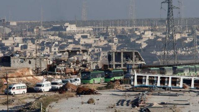 سيارات اسعاف وحافلات تقوم بعملية الاخلاء في حلب