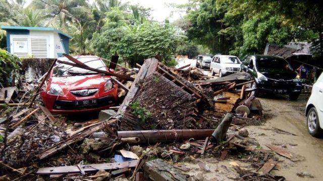 Casas y coches destrozados por el tsunami en Indonesia.