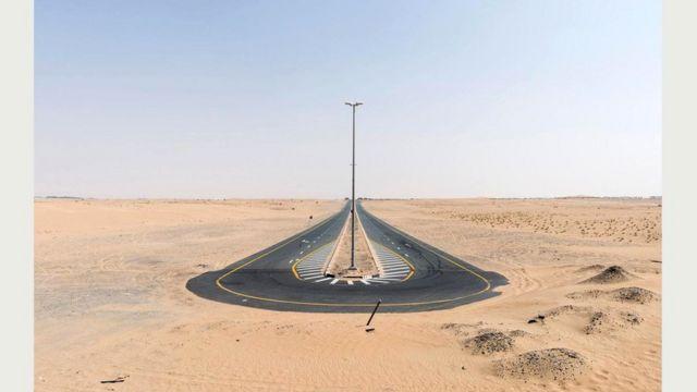 Дорога в пустыне. Дубай, 20 сентября 2016 г.