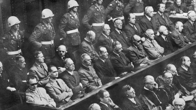 Juicio de Núremberg. Abajo a la izquierda, de lentes oscuros, está Hermann Göring, seguido de Rudolf Hess