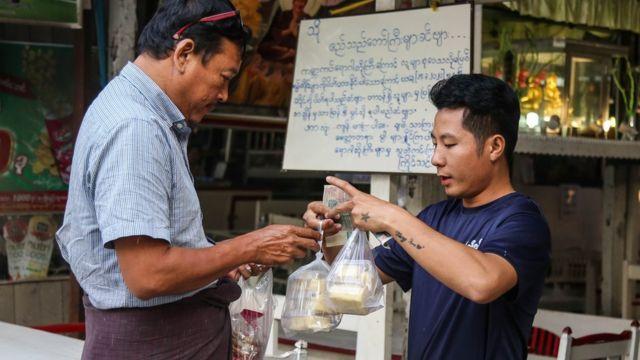ကိုဗစ်ကာလ မန္တလေးမှာ ဈေးဆိုင်တွေကို ပါဆယ်ပဲရောင်းဖို့ ဒေသန္တရ အမိန့်ထုတ်ပြန်ထားစဥ်