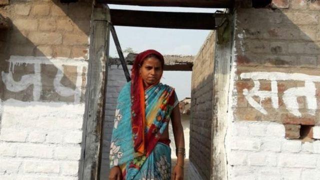 फ़ाइल - गांव में महिलाओं के लिए शौचालय की ख़ासी दिक्कत है