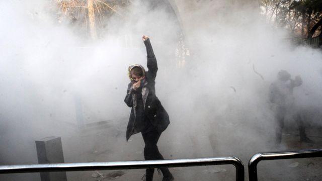 Tahran Üniversitesi'nde toplananlara polis müdahale etti.