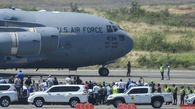 نخستین هواپیمای ترابری نظامی آمریکایی روز شنبه در مرز کلمبیا با ونزوئلا بر زمین نشست