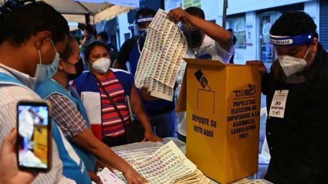 Conteo de votos en El Salvador.