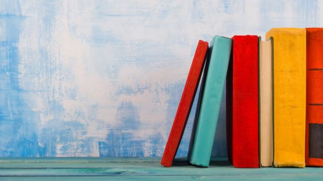 Libros sobre un estante.