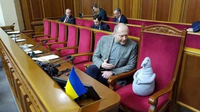 यूक्रेन की संसद में खिलौने के साथ मौजूद सांसद