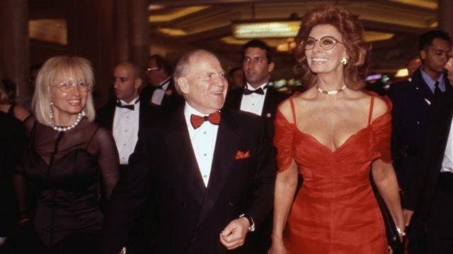 أديلسون يتوسط الممثلة الإيطالية صوفيا لورين (يمين) وزوجته ميريام في افتتاح فندق في لاس فيغاس